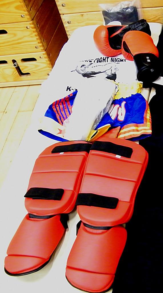 Trainingsausrüstung Muay Thai: Handbandagen, Boxhandschuhe, Mundschutz, Tiefschutz, Thaiboxen-Short, Schienbein-/Fußschutz